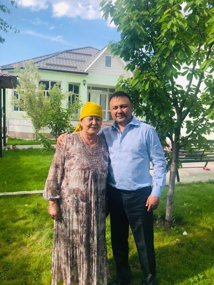 Жогорку Кеңештин депутаты Таабалды Тиллаев апасы Айлар Тиллаева менен. Эл өкүлүнүн апасы 74 жашта.