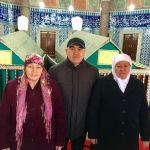 Бир бол фракциясынын лидери Алтынбек Сулайманов жана апасы Паизкан Сулайманова (оң жакта, ак жоолукчан). Депутаттын апасы былтыр 72 жашында каза тапкан.