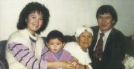 Экс-президент КР Алмазбек Атамбаев с супругой и матерью
