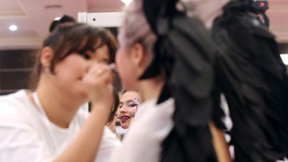 Визажист наности макияж девушке. Архивное фото