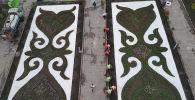 Около Филармонии им. Сатылганова в Бишкеке клумбы стали похожи на шырдаки