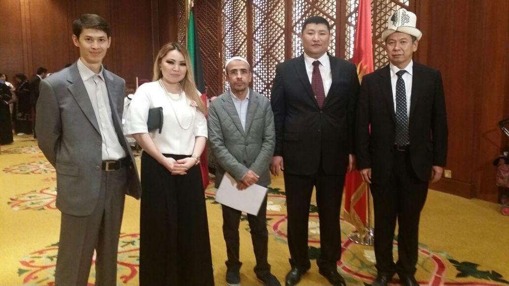 Кыргызстанец работающий режиссером и продюсером в Кувейте Алтынбек Касымбаев (крайний слева)