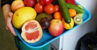 Поднос с фруктами и овощами. Архивное фото
