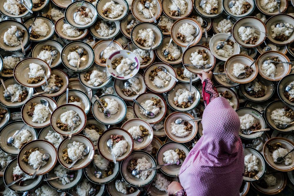 Мусульманский ужин во время Рамазана (Рамадана) в мечети индонезийского города Джокьякарты