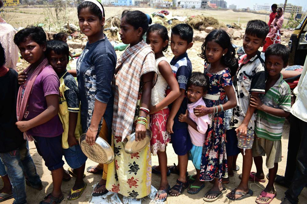 Дети стоят в очереди за гуманитарной помощью в индийском штате Орисса, который пострадал от циклона Фани. Циклон стал для штата самым мощным с 2014 года, а для страны — одним из наиболее разрушительных за последние 20 лет. Он принес сильнейшие ливни и ураганный ветер, скорость которого достигала 200 километров в час. Погибли по меньшей мере 64 человека.