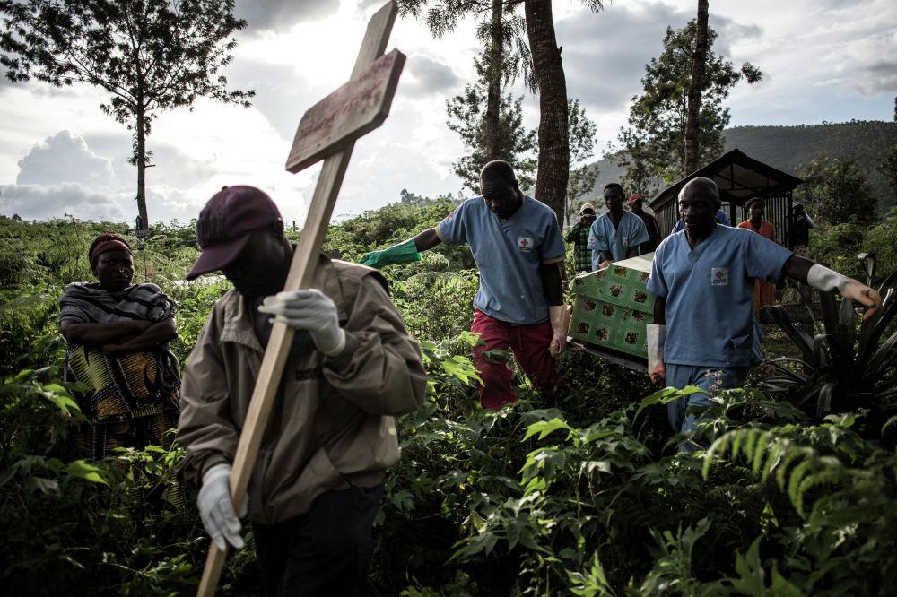 Медицинские работники в Конго несут гроб с телом человека, умершего от вируса Эбола. С июля 2018 года из-за этой лихорадки в стране скончались более 1 100 человек.