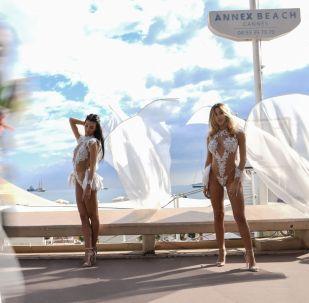 Показ пляжной коллекции на набережной Круазетт в Каннах (Франция)
