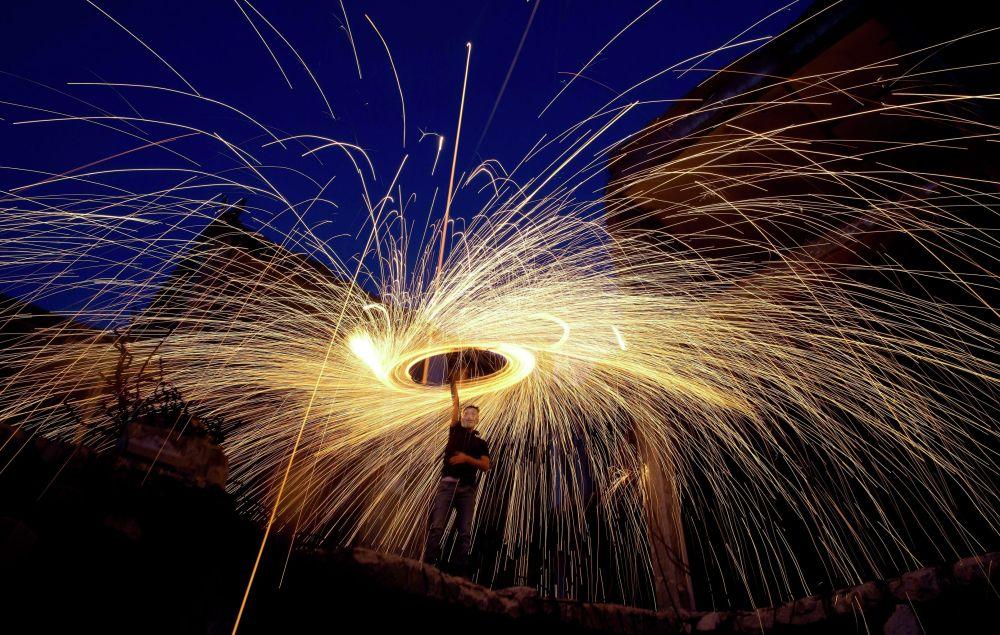 Палестинцы зажигают фейерверки в честь священного мусульманского месяца Рамазан (Рамадан) в Газе