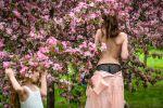 Девушка позирует в саду. Архивное фото