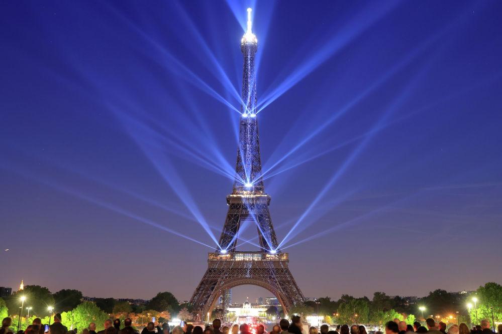 Световое шоу в честь 130-летия Эйфелевой башни в Париже