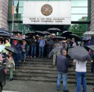 Жители Армении перекрывают входы/выходы в здания судов по всей стране после соответствующего призыва премьер-министра Никола Пашиняна