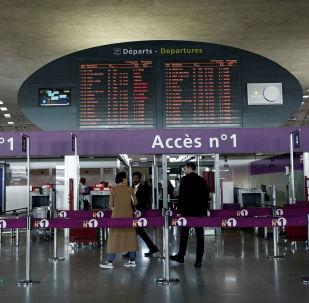 Пассажиры в аэропорту имени Шарля де Голля в Париже. Архивное фото