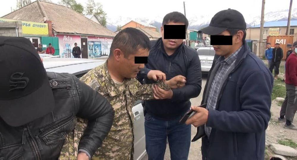 Задержание начальника 2 отдела Ат-Башинского районного военного комиссариата со взяткой