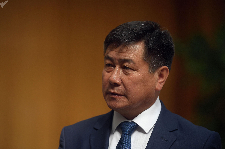 Губернатор Иссык-Кульской области Акылбек Осмоналиев во время интервью