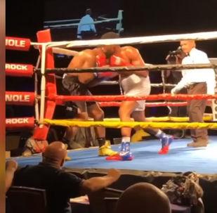 Во время одного из боксерских поединков в США случился курьез — спортсмены одновременно отправили друг друга в нокдаун. Видео опубликовано на YouTube-канале House of Highlights.