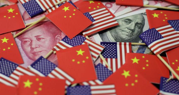 Долларовая банкнота США с изображением американского отца-основателя Бенджамина Франклина и китайская банкнота в юанях с изображением покойного китайского председателя Мао Цзэдуна. Архивное фото