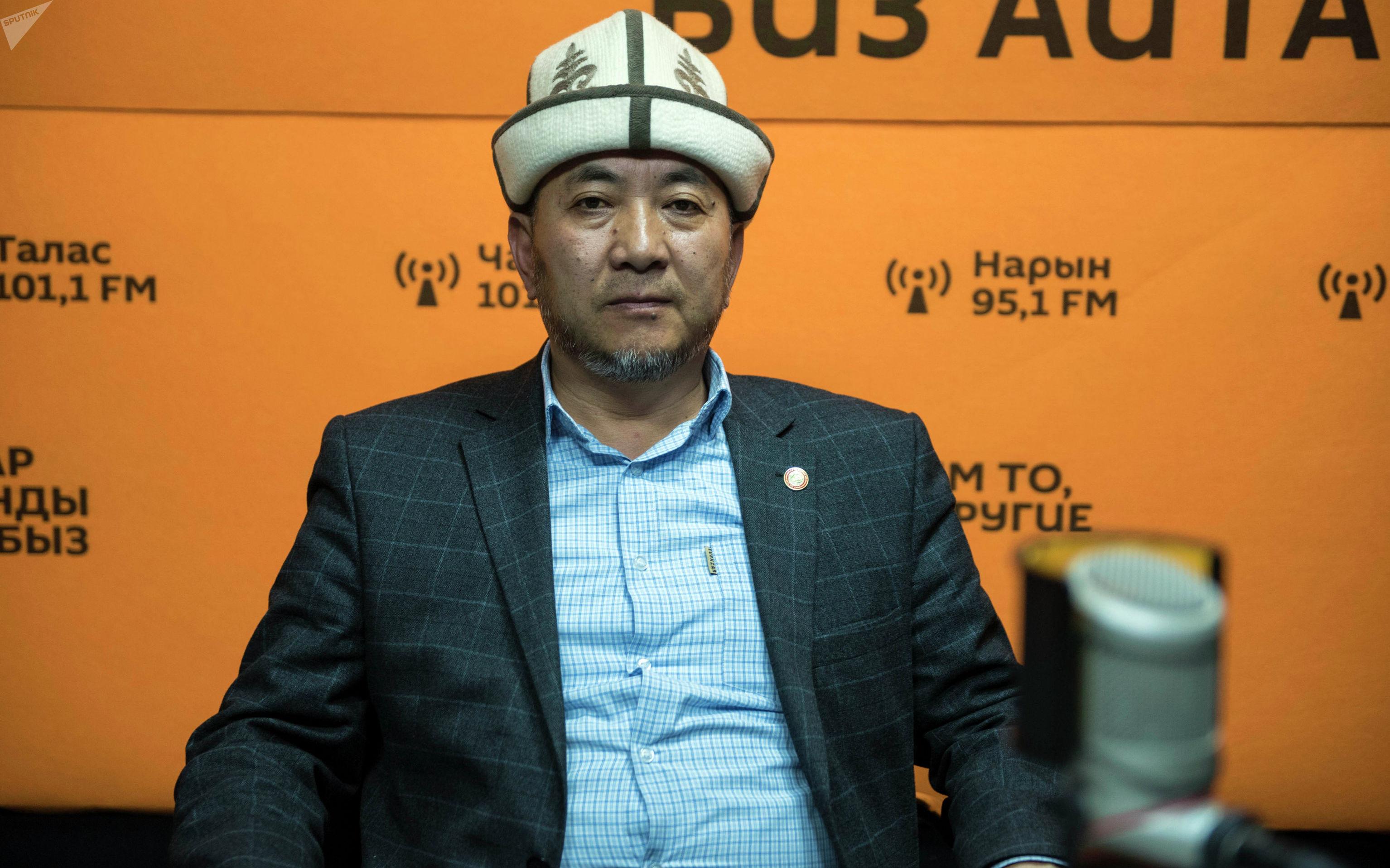 Заведующий отделом образования Духовного управления мусульман КР Акимжан Эргешов во время беседы на радио Sputnik