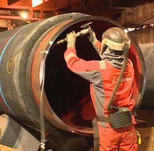 Специальное судно укладывает на дне Балтики 12-метровые трубы. Строительство газопровода Северный поток – 2 близится к завершению.