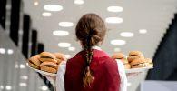 Официантка разносит гамбургеры. Архивное фото