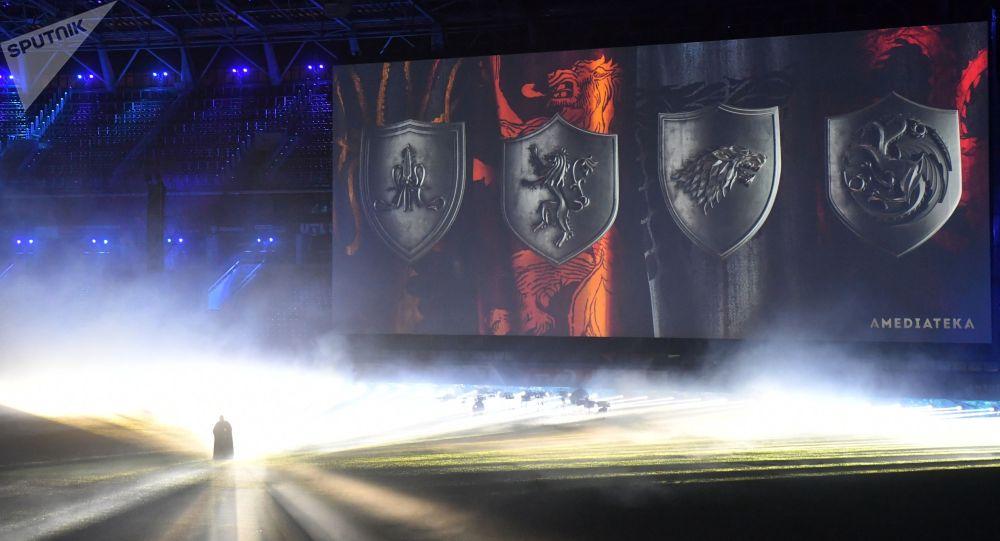 Участник театрализованного представления перед показом заключительной серии сериала «Игра престолов» на стадионе «РДЖ Арена» в Москве.