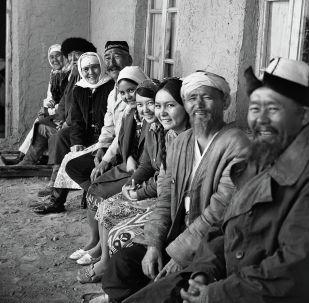 Көчө тасмасына катышкан чыгаан кино жана театр чеберлеринин сүрөтү 1972-жылы Ош облусунда тартылган