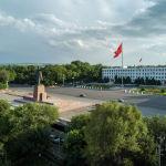 Салтанаттар, мааракелер өткөн борбордук аянт. Ал жердин дагы бир уникалдуулугу — Владимир Лениндин эстелиги дагы деле турат.