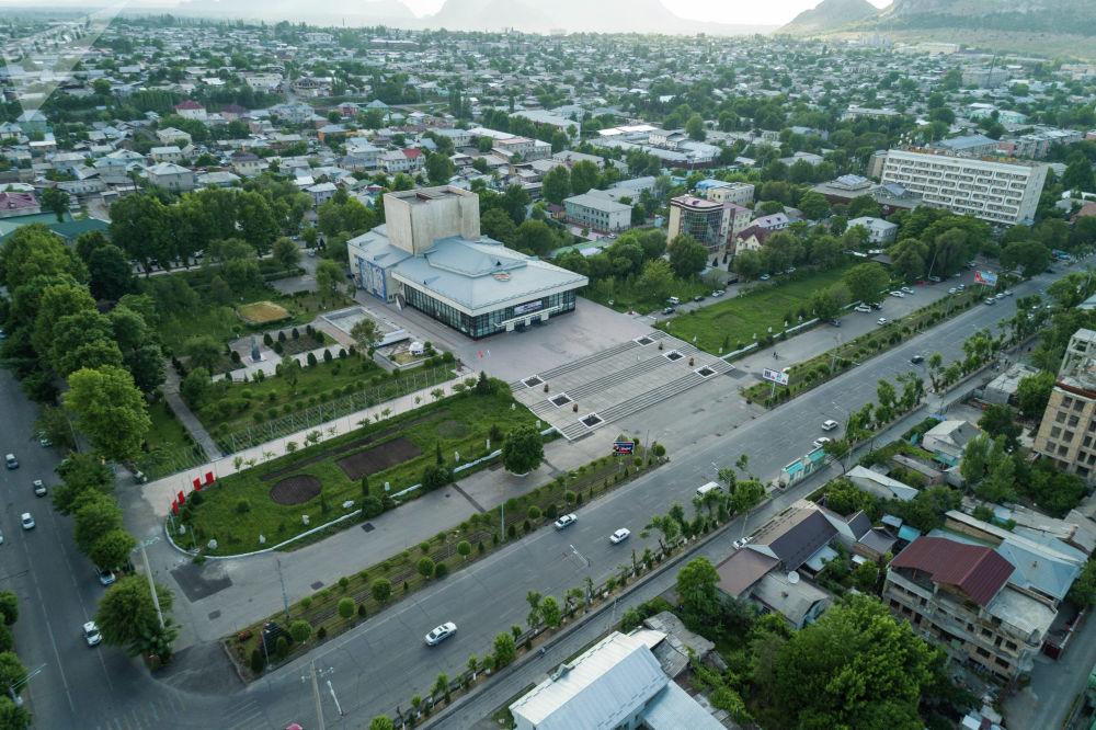 Вид на Национальный драматический театр имени С. Ибраимова в центре города