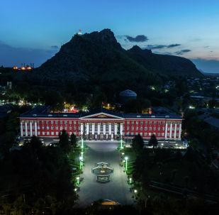 Главный корпус Ошского Государственного университета у подножия Сулайман-Тоо