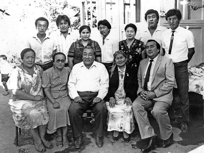 Президент КР Сооронбай Жээнбеков в юности с семьей