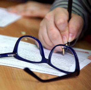 Очки на столе. Архивное фото