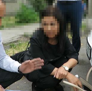 Сотрудники Госкомитета национальной безопасности 21 мая задержали работницу Центра образования Октябрьского района столицы при получении взятки в размере 15 тысяч сомов, сообщила пресс-служба ведомства.