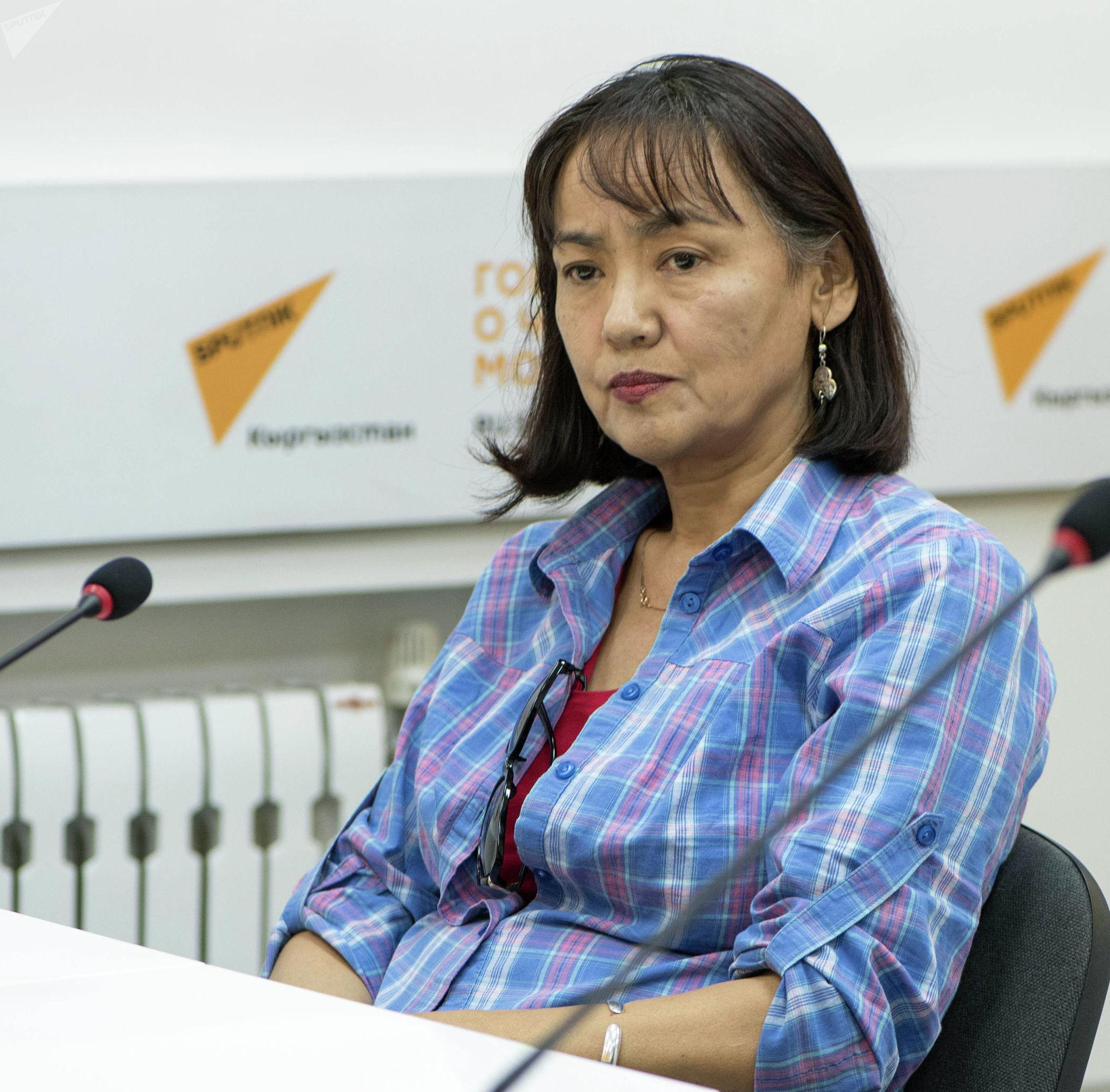 Общественный активист, глава общественного фонда Наше право Калича Умуралиева во время круглого стола