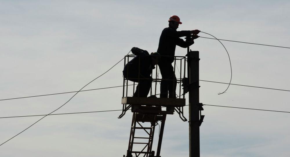 Работники ремонтирует линии электропередач. Архивное фото