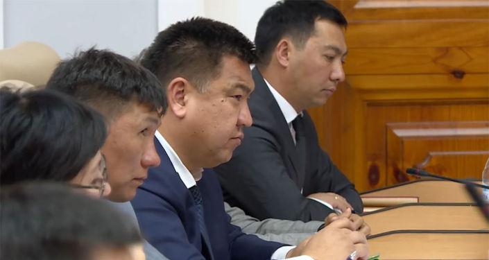 Премьер-министр Мухаммедкалый Абылгазиев отчитал министра сельского хозяйства, пищевой промышленности и мелиорации Нурбека Мурашева за ситуацию со сгнившим картофелем в прошлом году.
