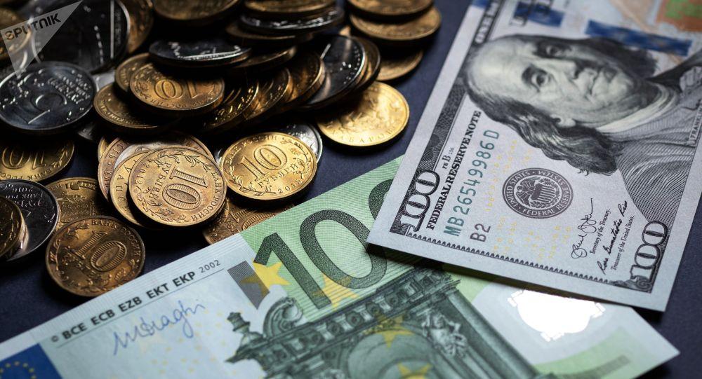 Российские рубли и купюры американских долларов и Европейского Союза. Архивное фото
