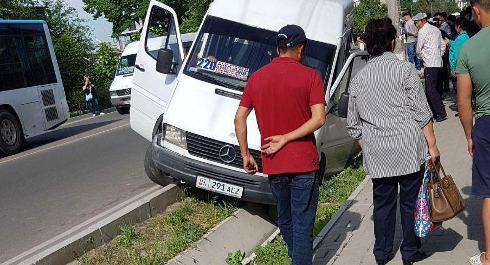 В Бишкеке в результате столкновения маршрутного микроавтобуса и легкового автомобиля пострадала женщина