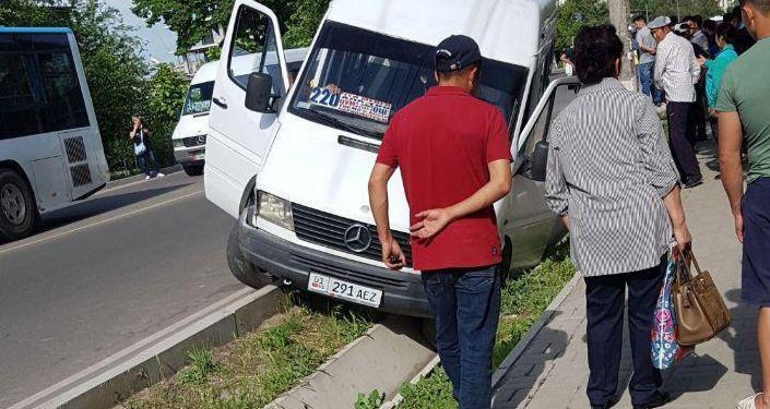 Бишкекте эл ташыган машруттук автобус жеңил унаа менен сүзүшүп, жыйынтыгында жүргүнчү жабыркады.