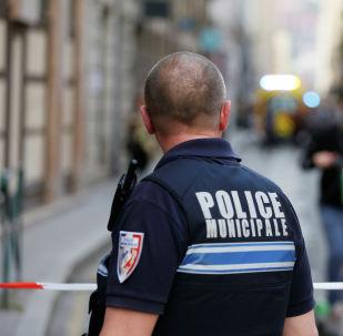 Полицейский осматривает близлежащий объект предполагаемого взрыва бомбы в центре Лиона. Франция, 24 мая 2019 года