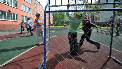 Воспитанники детского сада играют в футбол. Архивное фото