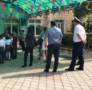 Сотрудники милиции обеспечивают безопасность и порядок во время проведения Последнего звонка в школах