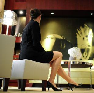 Девушка сидит на диване. Архивное фото