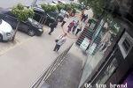 В Кишиневе (Молдова) прохожие стали свидетелями беспричинной агрессии мужчины, который ударил на улице двух женщин.