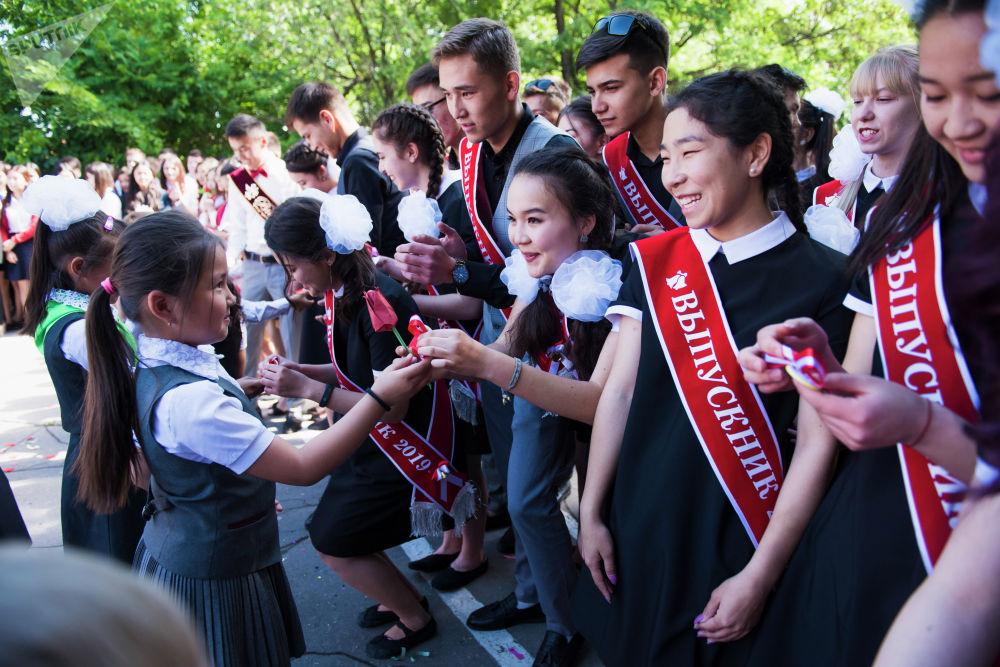 Учащиеся младших классов сделали будущим абитуриентам символичные подарки
