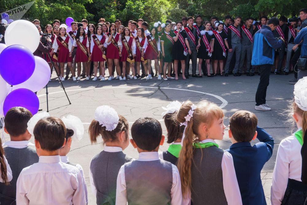 Последний звонок прозвенел во всех школах Кыргызстана