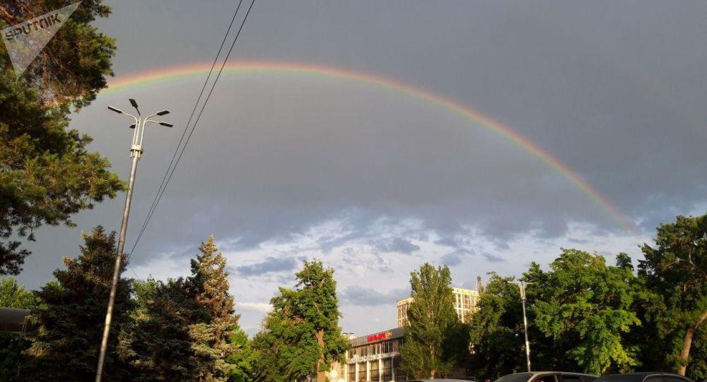 В небе над Бишкеком в субботу появилась двойная красивая радуга
