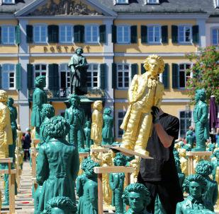 Художественная инсталляция Людвиг ван Бетховен - Ода к Радости, состоящая из 700 статуй улыбающегося Бетховена, появилась на площади Мюнстерплац в Бонне
