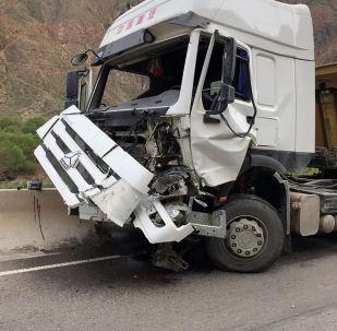 Последствия камнепада, который сошел на 193-м километре автодороги Бишкек — Нарын — Торугарт в Боомском ущелье
