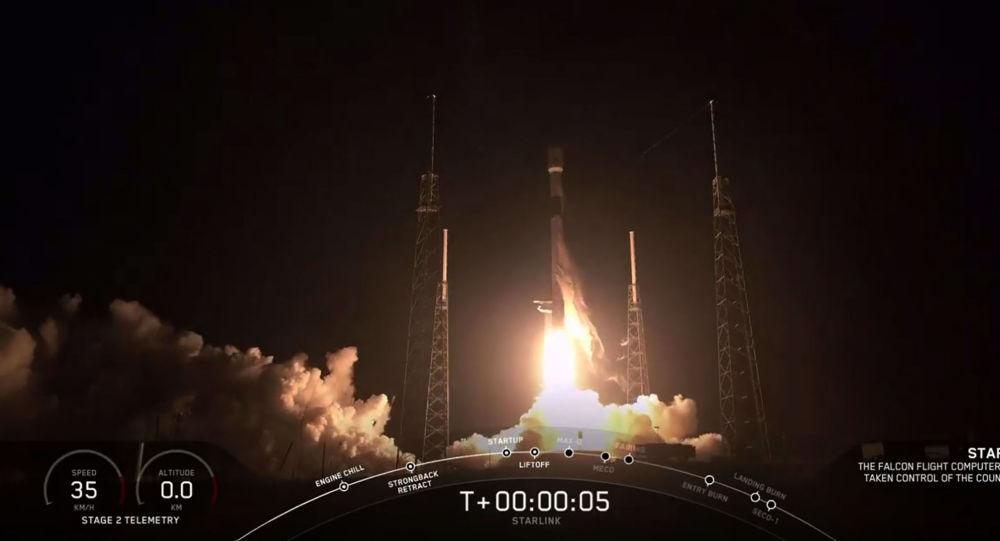 Ракета SpaceX Falcon 9 с 60 спутниками Starlink, взлетающими из комплекса Space Launch Complex 40 (SLC-40) на станции ВВС Кейп-Канаверал, штат Флорида.  23 мая 2019 года