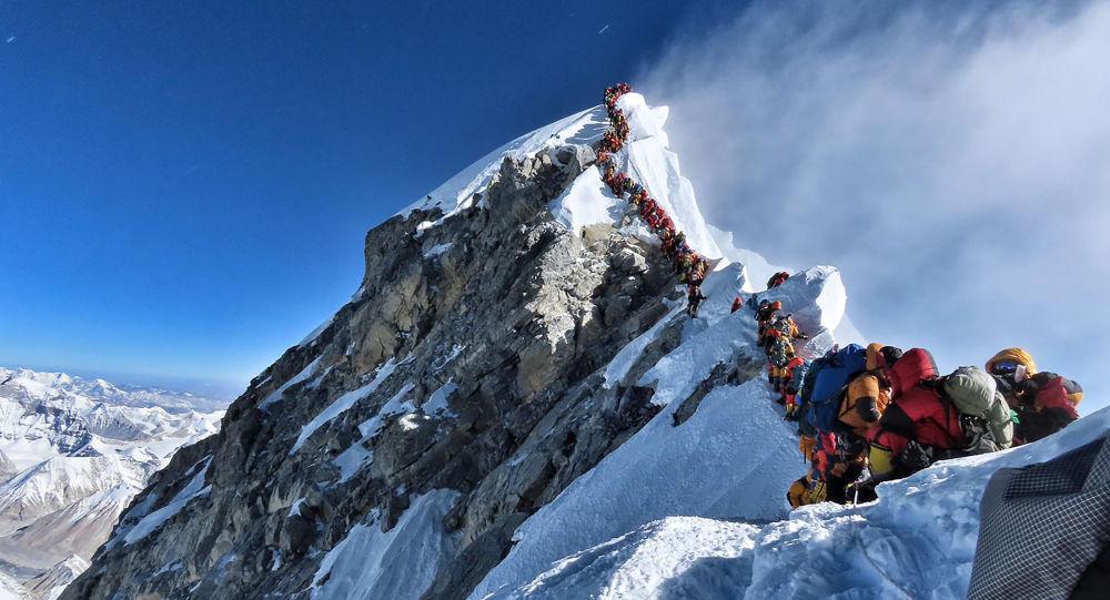 Альпинисты стоят на вершине горы Эверест. 22 мая 2019 года