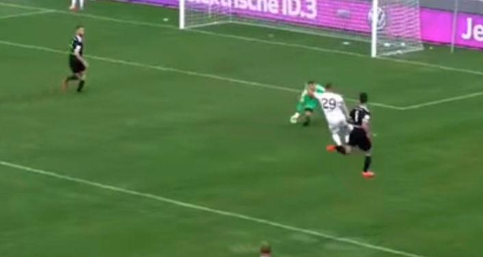 Нападающий сборной Кыргызстана Виталий Люкс умело и издевательски обыграл вратаря соперника.